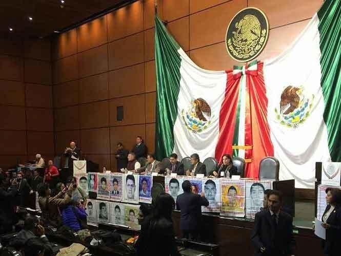 Padres de los 43 normalistas acuden a la Cámara de Diputados