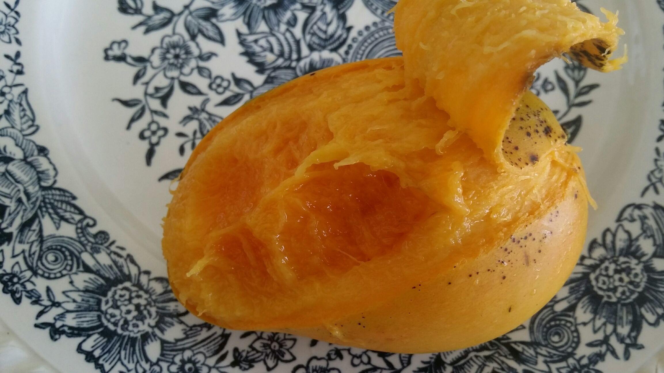Even een fruit hapje, Tetee Manja, ofwel touw Manja. Draderig, maar heel erg lekker! Ook van de Ma-Retrâite markt, 5 voor 10 SRD.