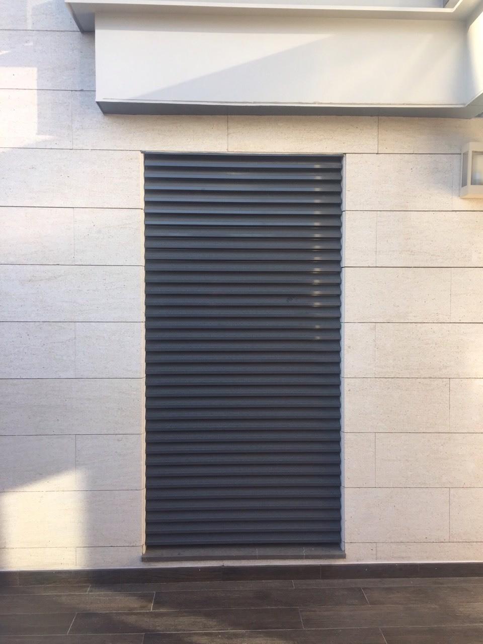 Nueva instalación en Aravaca, Madrid Pequeño jardín vertical en un jardín privado. Doble funcionalidad, aislamiento térmico de la cocina y selección de especies culinarias para el uso doméstico