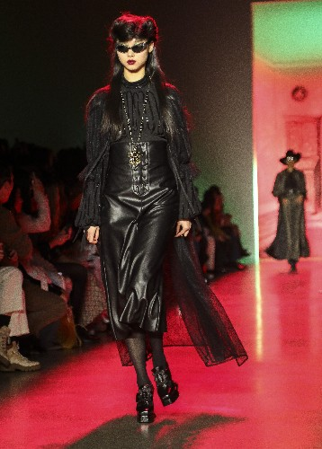 Anna Sui rolls out B-movie gothic glam at NY Fashion Week