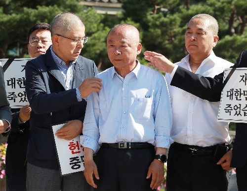 South Korea politicians in close-shave protest over law minister