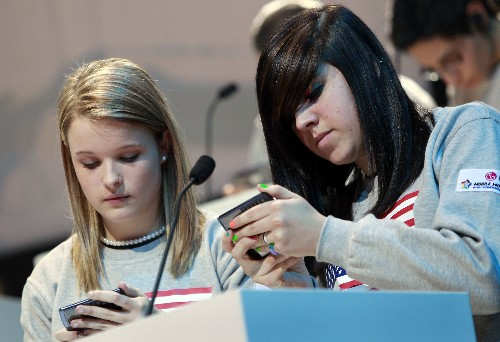 U.S. families struggling with teens' phone addiction: report
