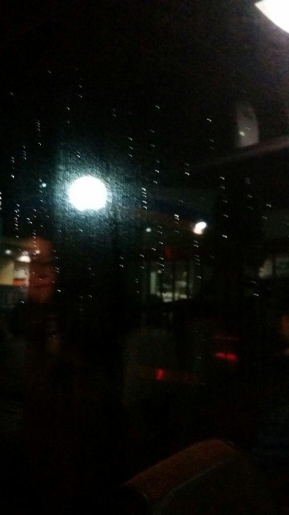 비내리는 차창문