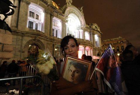 Fans siguen llegando a Bellas Artes para adiós a Juan Gabriel
