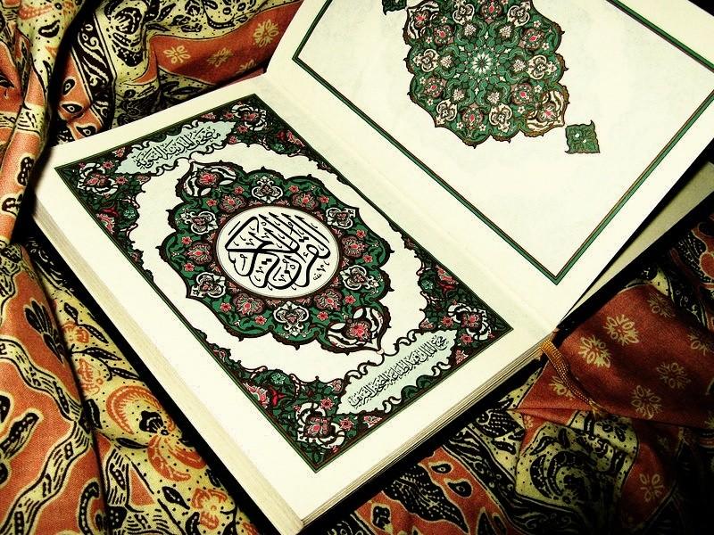 """أحياناً نفهم القرآن حسب لهجتنا الدارجة ، وليس حسب مفهوم اللغة اليك بعض الامثلة: ١-""""الذين جابوا الصخر """"بمعنى قطعوه وليس احضروه . ٢-""""فَقَدر عليه رزقه"""" : اي ضيق عليه وليس من القدرة . ٣-"""" أجر غير ممنون"""" : أي غير مقطوع ، وليس بغير منّة . ٤-""""فجاءها بأسنا بياتاً أو هم قائلون"""": من القيلولة وليس من القول.. ٥- """"فأمُّه هاوية """" : أي رأسه هاوية بالنار وليس المقصود الأم الحقيقية ٦-""""ويستحيون نساءكم"""" : أي يتركونهن على قيد الحياة . ٧-""""إن تحمل عليه يلهث"""" : أي تطرده وتزجره وليس من الحمل لان الكلاب لا يحمل عليها . ٨- """"كأنها جان : هي نوع من الحيات سريع الحركة وليس الجنّ . ٩-""""ً إذا قومك منه يصِدُّون"""" : بكسر الصاد يضحكون ، وليس من الصدود ... ١٠-""""يظنون أنهم ملاقوا ربهم"""" : الظن يعني اليقين وليس الشك ١١-"""" وقاتلوهم حتى لا تكون فتنة"""" : الفتنة الكفر وليس النزاع والخصومة ١٢-""""إذا ذُكر الله وجلت قلوبهم"""" : التفكر وليس ذكر الله على اللسان ومنه قوله: والذين إذا فعلوا فاحشة أو ظلموا أنفسهم ذكروا الله فاستغفروا... ١٣- """"وقاسمهما إني لكما لمن الناصحين """". : من القسَم بمعنى الحلف وليس من القسمة . ١٤-""""كأن لم يغنوا فيها"""" : أي لم يقيموا فيها وليس من الغنى وكثرة المال. ١٥-""""ويتلوه شاهدٌ منه"""" : أي يتبعه وليس من التلاوة ١٦-"""" أو اطرحوه أرضاً"""" : أي ألقوه في أرض بعيدة وليس إيقاعه على الأرض ١٧-""""أيمسكه على هون """" : أي على هوان وذل وليس على مهل . ١٨-""""فإذا وجبت جنوبها"""" : المقصود الإبل"""" أي سقطت جنوبها بعد نحرها """" والوجوب ليس بمعنى الإلزام . ١٩-""""وتتخذون مصانع لعلكم تخلدون"""" : المصانع هنا أي القصور والحصون ، وليست المصانع المعروفة الآن . ٢٠-""""ولقد وصَّلنا لهم القول"""" : أي بيّنا وفصلنا القرآن وليس المراد إيصاله إليهم ٢١-""""و يزوجهم ذكراناً وإناثا"""": أي منوعين إناث وذكور وليس معناه يُنكحهم . ٢٢-""""وأذِنت لربها وحقت"""" : أي انقادت وخضعت ، وليس معناها السماح . ٢٣-""""لوَّاحة للبشر"""" أي محرقة للجلد - أي نار جهنم - ، وليس تلوح للناس . ٢٤-""""وسبحه ليلاً طويلا"""" : المقصود الصلاة وليس ذكر اللسان . ٢٥-""""خلق الإنسان من صلصال"""" : الطين اليابس الذي يسمع له صلصلة وليس الصلصال المعروف . ٢٦-""""وله الجوار المنشآت في البحر كالأعلام"""" : الأعلام هي الجبال وليست الرايات . اللهم علمنا ماينفعنا وانفعنا بما علمتنا وزدنا علما إنك سميع مجيب .اللهم امين"""