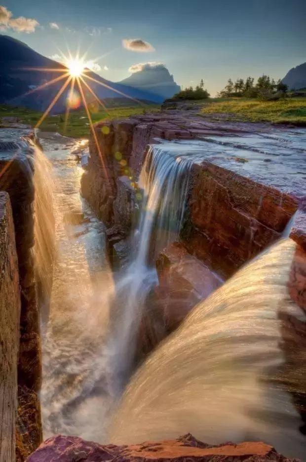 ▼奔腾不息的河流汇集。
