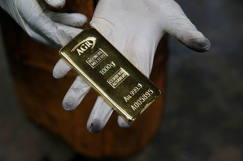 Золото отступило от многолетнего пика на фоне укрепления доллара