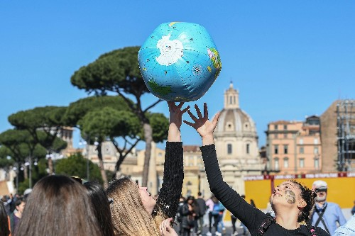 Students globally protest warming, pleading for their future