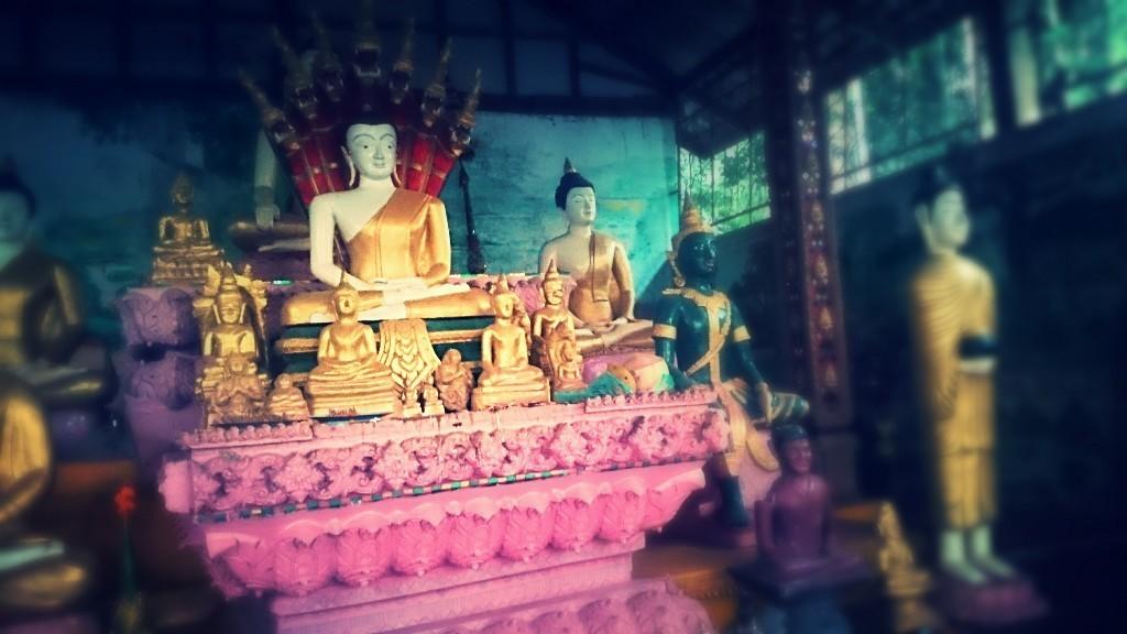 Op dit tempelcomplex (in Vientiane, Laos) wonen monniken, nonnen en novices, zoals een van de jonge monniken (novice) me vandaag vertelde. Wat een rust straalt deze plek uit... En wat ongelooflijk bijzonder om hier te zijn. Later meer verhalen en foto's over het boeddhisme.