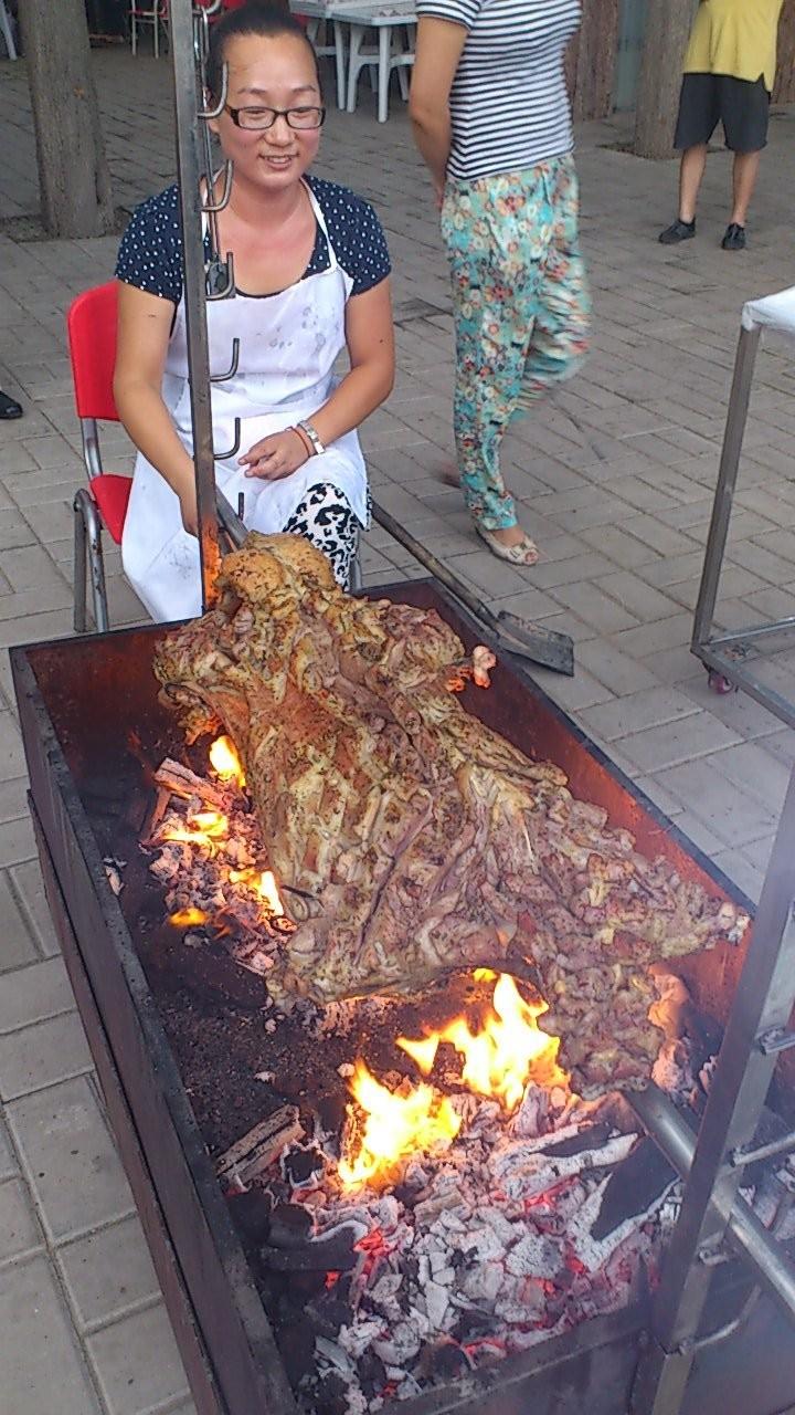 北方的羊肉真的讓人很驚豔,肉質鮮美,沒有羶味,一反以前在臺灣對羊肉的刻板印象。所以來北方必吃羊肉,不管是路上的羊肉串兒還是到處都看得到的涮羊肉。如果可以就來一隻烤全羊吧。難忘的滋味!讚…