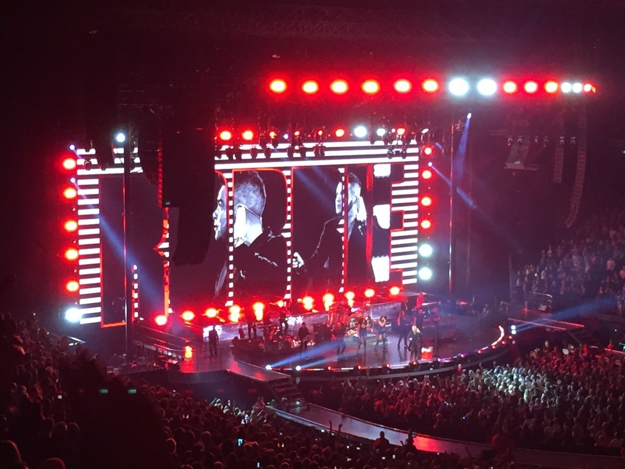 Robbie Williams rocks the town of Melbourne!