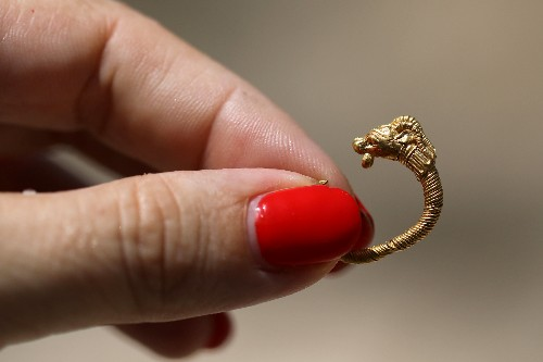 In find of ancient gold earring, echoes of Greek rule over Jerusalem