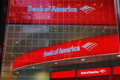 U.S. banks want to cut branches, but customers keep coming