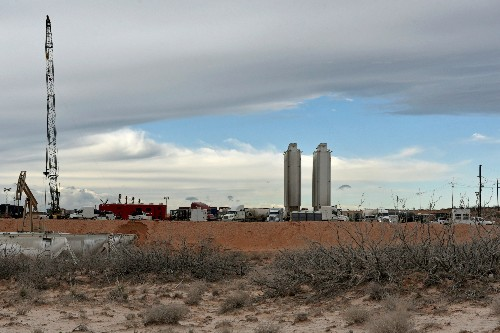 Oil majors rush to dominate U.S. shale as independents scale back