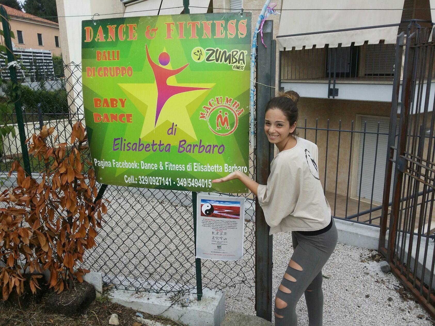 Il Dance & Fitness di Elisabetta Barbaro nasce grazie al sogno della maestra Elisabetta di voler trasmettere la sua passione per la danza, iniziando come ballerina di danza moderna, classica e hip hop all'età di 5 anni. Nell'estate del 2011, dopo anni di esperienza come ballerina, la maestra Elisabetta prende il suo primo diploma come insegnante di balli coreografici e di gruppo di primo livello. Successivamente, nell'autunno del 2011, consegue il diploma di maestra di secondo livello. Durante il primo anno di insegnamento intraprende anche la strada del fitness con Macumba Fitness e Zumba fitness. Dopo questa piccola premessa, quindi, nel Dance & Fitness di Elisabetta Barbaro potete trovare discipline come: - BALLI DI GRUPPO SOCIALI/COREOGRAFICI, - BABY DANCE (ETA' DAI 4 ANNI IN SU), - ZUMBA FITNESS, - MACUMBA FITNESS. La sede si trova presso l'Associazione Culturale Ossigeno in Via San Biagio snc, Velletri.