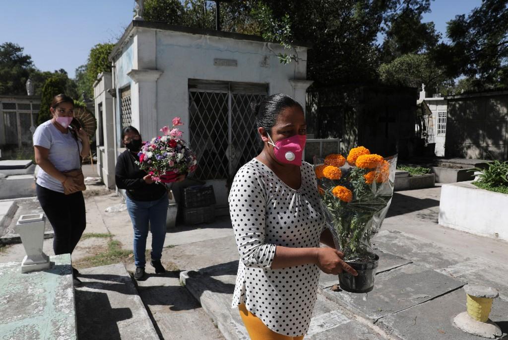 Deudos anticipan visitas a cementerios antes de emblemático Día de Muertos en México