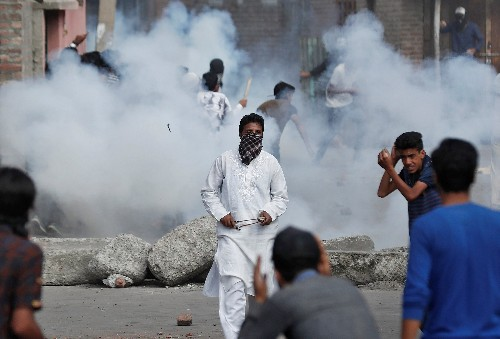 Kashmir protesters defy restrictions, clash with security forces