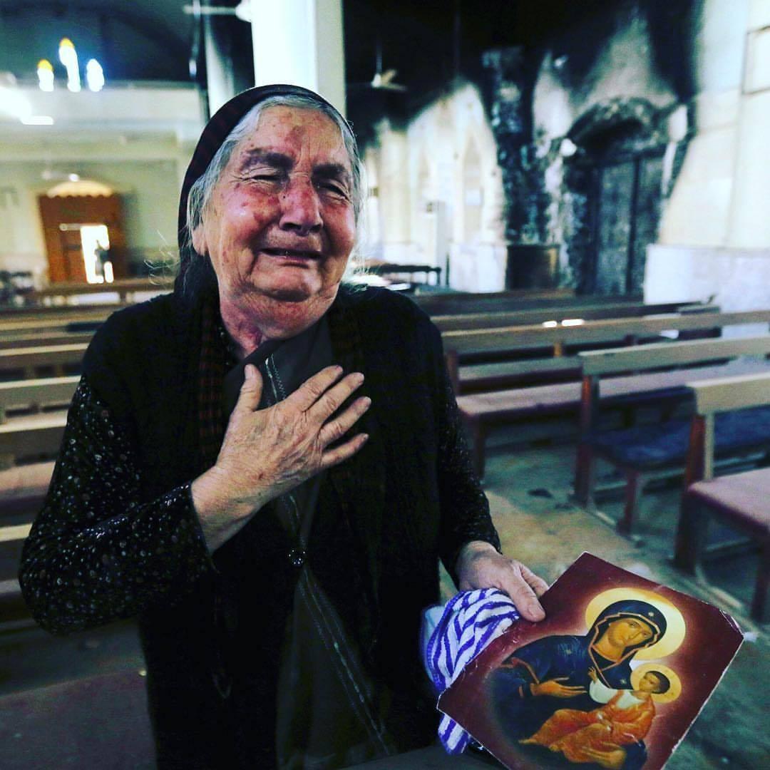 إمرأة عراقية مسيحية تبكي عند رؤيتها ما خلفته #داعش من انتهاك لحرمة كنيسة مار ادي في بلدة كرمليس، قرب #الموصل #مراسيل_من_العراق #يوميات_مگرود كظومي قاهرهم