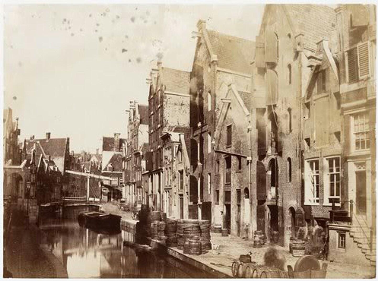 Spuistraat vroeger toen het nog Nieuwezijds Achterburgwal heette. Het ophaalbruggetje is ter hoogte van het Kattegat.
