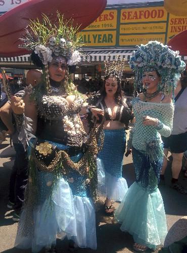 Neil Gaiman, Amanda Palmer lead New York's Mermaid Parade