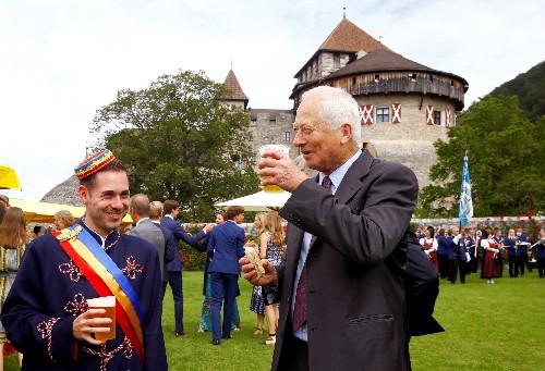 Boire une bière avec le prince pour les 300 ans du Liechtenstein