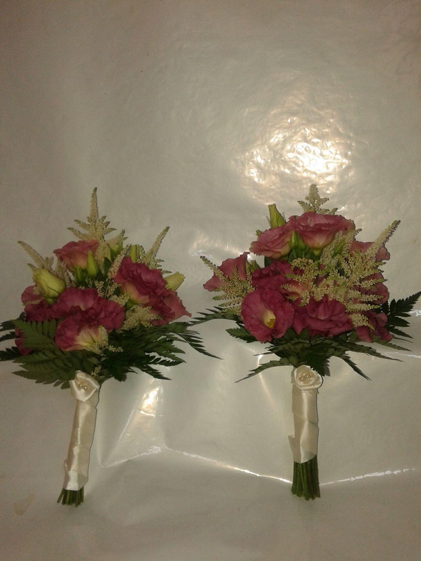 Ramos para las damas de honor a juego con el ramo de novia de Astilbe blanco y Lisianthum rosa.