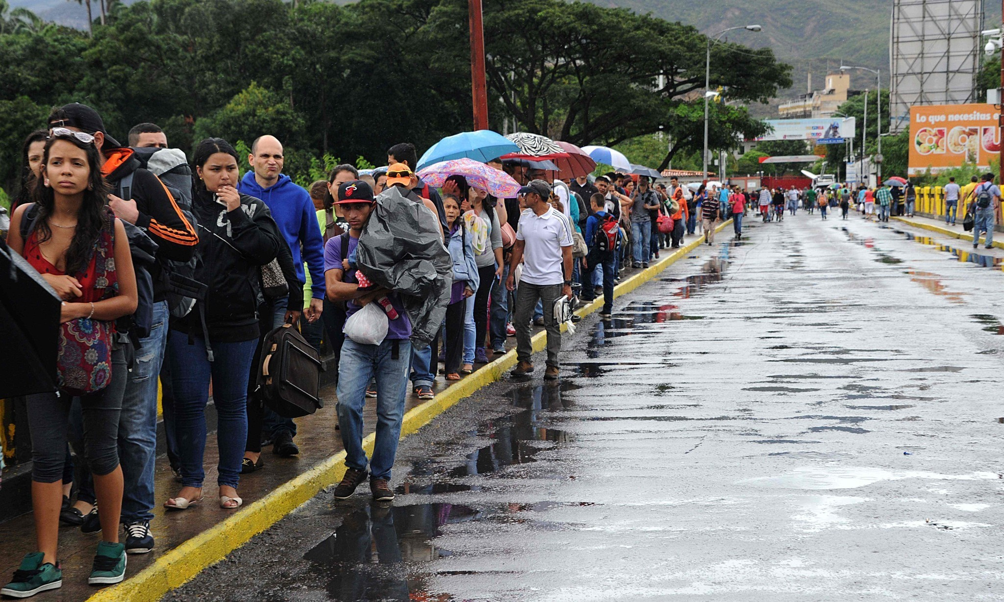 'At least 35,000' Venezuelans cross border to Colombia to buy food and medicine