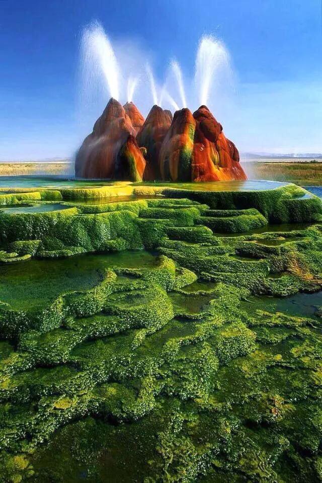 飞翔间歇泉 位于美国内华达州的飞翔间歇泉(Fly Geyser),是世界上最色彩艳丽的间歇泉,它所显示出的鲜艳夺目的颜色让游客感觉眼前一亮的同时也感慨着大自然的神奇,不禁让人想起土星上的火山环……