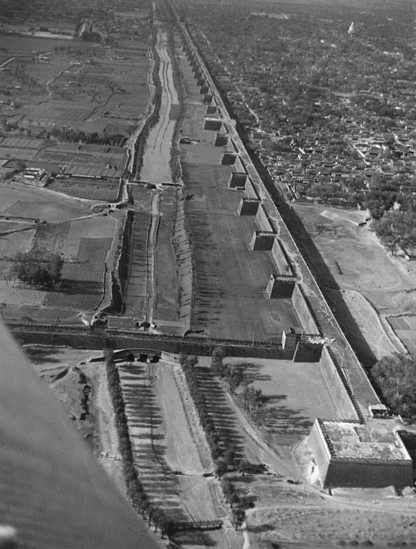 北京旧城墙。北京西面的巨大城墙是世界上最为壮观的城市防御工事之一。-----------------德国汉莎公司飞行员武尔夫-迪特·格拉夫·卡斯特尔-吕登豪森