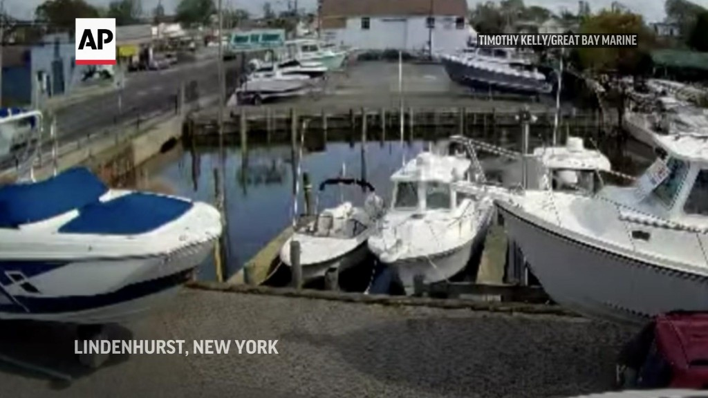 Bystanders, police pull NY couple from sinking car