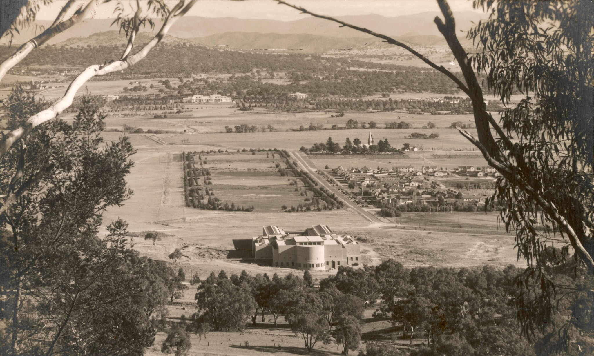 Story of cities #17: Canberra's vision of the ideal city gets mired in 'mediocrity'