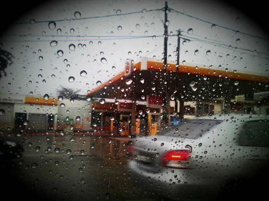 天氣變幻無常�� 吹頭發之前還陽光普照☀ 十分钟過後就天黑黑了☁ 現在還下起雨來☔☁