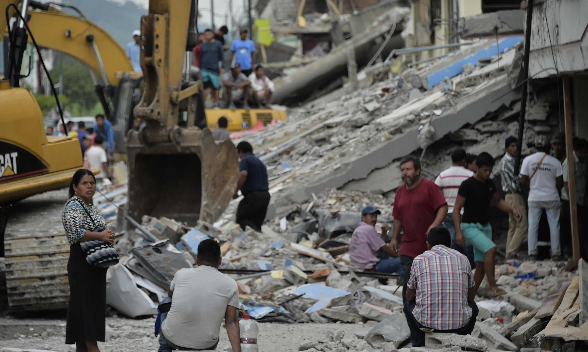 Ecuador earthquake death toll passes 400 with many still trapped