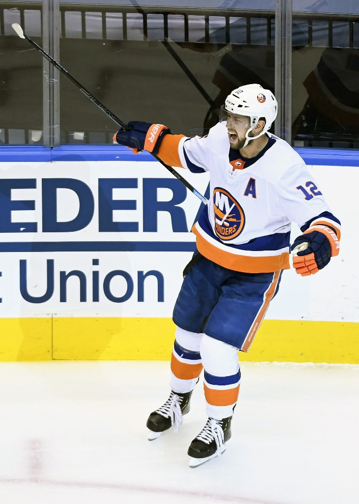 Bailey helps Islanders rally to beat Capitals 4-2 in Game 1
