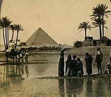 """شيد الهرم كمقبرة لفرعون الأسرة المصرية الرابعة خوفو واستمر بنائه لفترة 20 عام. يعتقد بعض علماء الآثار بأن يكون التياتي (الوزير) حم إيونو هو معماري الهرم الأكبر. يعتقد بأن الهرم الأكبر أثناء البناء كان طوله 280 قدم بالمقياس المصري 146.5 متر (480.6 قدم) لكن مع التآكل وغياب القطعة الهرمية الخاصة به أصبح ارتفاعه الحالي 138.8 متر (455.4 قدم). كل جانب للقاعدة كان 440 ذراع 230.4 متر (755.9 قدم) طول. تقدر كتلة الهرم بنحو 5.9 مليون طن. حجم الهرم بالإضافة إلى الأَكَمَة الداخلية تقارب 2.5 مليون متر مكعب. استنادًا على هذه التقديرات، يحتاج بناء هذا الهرم في 20 عام تقطيع ونقل وتركيب ما يقرب من 800 طن من الحجارة يوميًا. وبالمثل، لأنه يتكون من ما يقدر بـ 2.3 مليون كتلة حجرية، فاستكمال البناء في 20 عام يحتاج تحريك نحو 12 كتلة حجرية إلى موقعها كل ساعة ليلًا ونهارًا. أجريت أول قياسات دقيقة للهرم من قبل عالم المصريات السير فلندرز بيتري من عام 1880 إلى 1882 ونشرها بعنوان أهرامات ومعابد الجيزة تستند تقريبًا جميع التقارير على قياساته. كثيرًا من حجارة الكسوة وكتل الغرفة الداخلية تتناسب مع بعضها البعض بدقة متناهية. بناءً على القياسات التي أخذت لحجارة كسوة الجانب الشمالي الشرقي فعرض مدخل الأوْصال الرئيسي 0.5 مليمتر فقط. ظل الهرم الأكبر أعلى مبنى في العالم طيلت 3,800 عام، لم يفوقه مبنى آخر حتى تم بناء قمة كاتدرائية لينكولن بارتفاع 160 متر (في عام 1300 بعد الميلاد). الدقة في إتقان بناء الهرم تتمثل في الجوانب الأربعة للقاعدة فمعدل متوسط الخطأ 58 مليمتر في الطول، فأطوال أضلاع الهرم التي قدرها """"بيتري"""" في عام 1925 هي : 230.252 متر و 230.454 متر و 230.391 متر. قاعدة الهرم أفقية ومسطحة في حدود ±15 مـم (0.6 بوصة). جوانب القاعدة المربعة تُحاذي الجِهاتُ الأصلِيّة الأربعة للبوصلة(ضمن 4 دقائق قوسية) على أساس الشمال الحقيقي، لا الشمال المغناطيسي، والقاعدة النهائية كانت مربعة بخطأ في الزاوية بمتوسط 12 ثانية قوسية. تقدر أبعاد التصميم النهائي، كما اقترحته دراسة بيتري والدراسات التالية: أن الارتفاع كان في الأصل 280 ذراعا وبطول ضلع للهرم 440 ذراع، فيكون محيط الهرم 1760 ذراع مصري قديم. النسبة بين المحيط إلى الارتفاع 1760/280، أي ما يعادل 2 ط وهي تختلف عن القيمة المضبوطة ل [ط] بنسبة 0.05% فقط. يعتبر بعض علماء ال"""