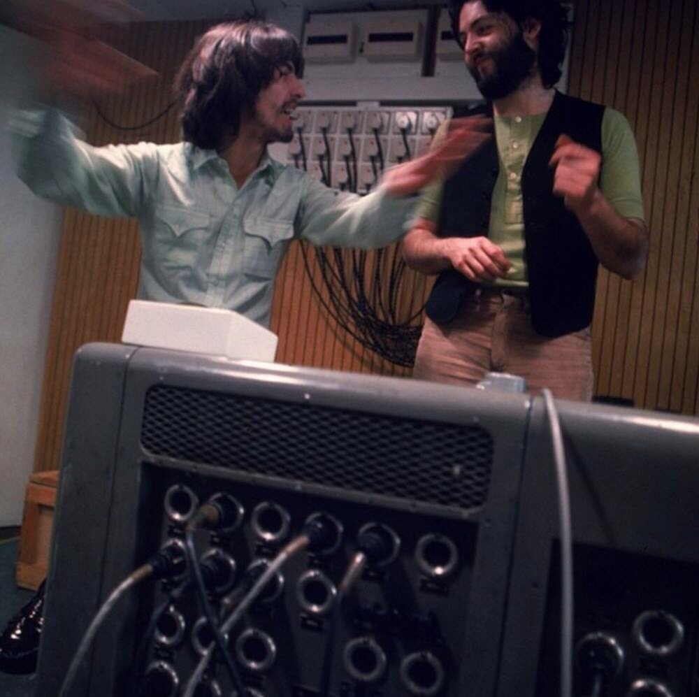 «Let It Be» вышла в марте 1970 года в виде сингла. Никто и не подозревал в то время, что она станет последним синглом группы. Пол написал «Let It Ве» в порыве отчаяния, когда ему казалось, что группа начала разваливаться, и он еще не успел свыкнуться с этой мыслью. В документальном фильме The Beatles сначала репетируют ее, а потом исполняют на концерте, но на самом деле «Let It Ве» стала своего рода похоронным маршем. К тому времени Джон предпочитал проводить все свое время с Йоко. Джордж уже однажды уходил из группы, когда он понял, что его песни так и не попадут в альбомы. Даже Ринго отправился в небольшой незапланированный отпуск во время записи The Beatles, когда обстановка стала совсем уж напряженной. Пол взял на себя роль лидера, потому что он понимал, что без четкой организации и дисциплины они ничего не сделают. «Мне кажется, мы впали в депрессию, – говорил он в фильме. – У нас не осталось оптимизма. Поэтому каждый из нас в какой-то момент решил уйти из группы. В какой-то момент мы задались вопросом: сможем ли мы вернуть наш оптимизм или проще будет бросить все и двигаться дальше?» Несмотря на то что лидерство Пола было необходимым, это не прибавило ему популярности. Другие начали презирать его за эту роль. Пол написал «Let It Ве» под воздействием морального давления. «Я написал «Let It Ве», когда проблемы в бизнесе начали сказываться на моих нервах, – признавался он. – Это действительно были темные времена для меня, и эта песня стала способом прогнать моих демонов». Из книги Стива Тернера The Beatles История за каждой песней.