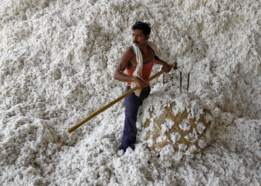 Weak rupee leads Indian trade body to lift cotton export estimate