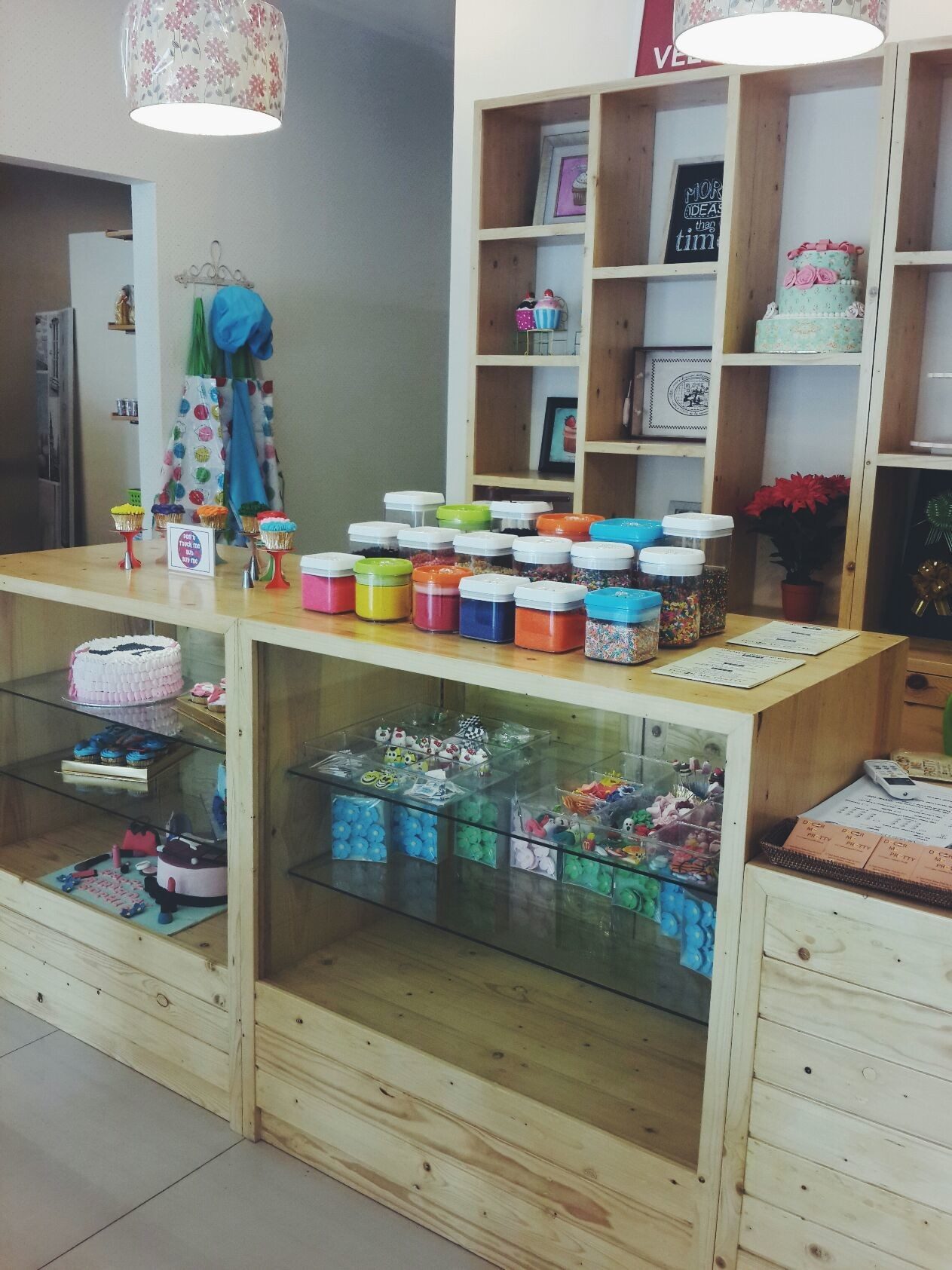 Décor Me Pretty. Do it yourself cakes and cupcakes studio!