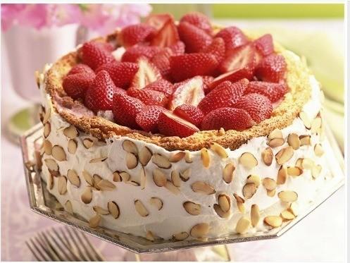 Tortas Esta torta es una deliciosa torta de vainilla con Arequipe,maní,crema y fresa está deliciosa torta es una de las magníficas obras de la chef colombiana Leo Espinosa