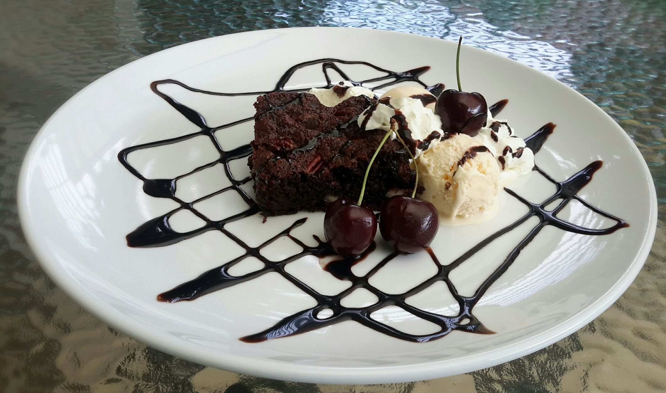 Snack time : warm pecans brownies with iced cream