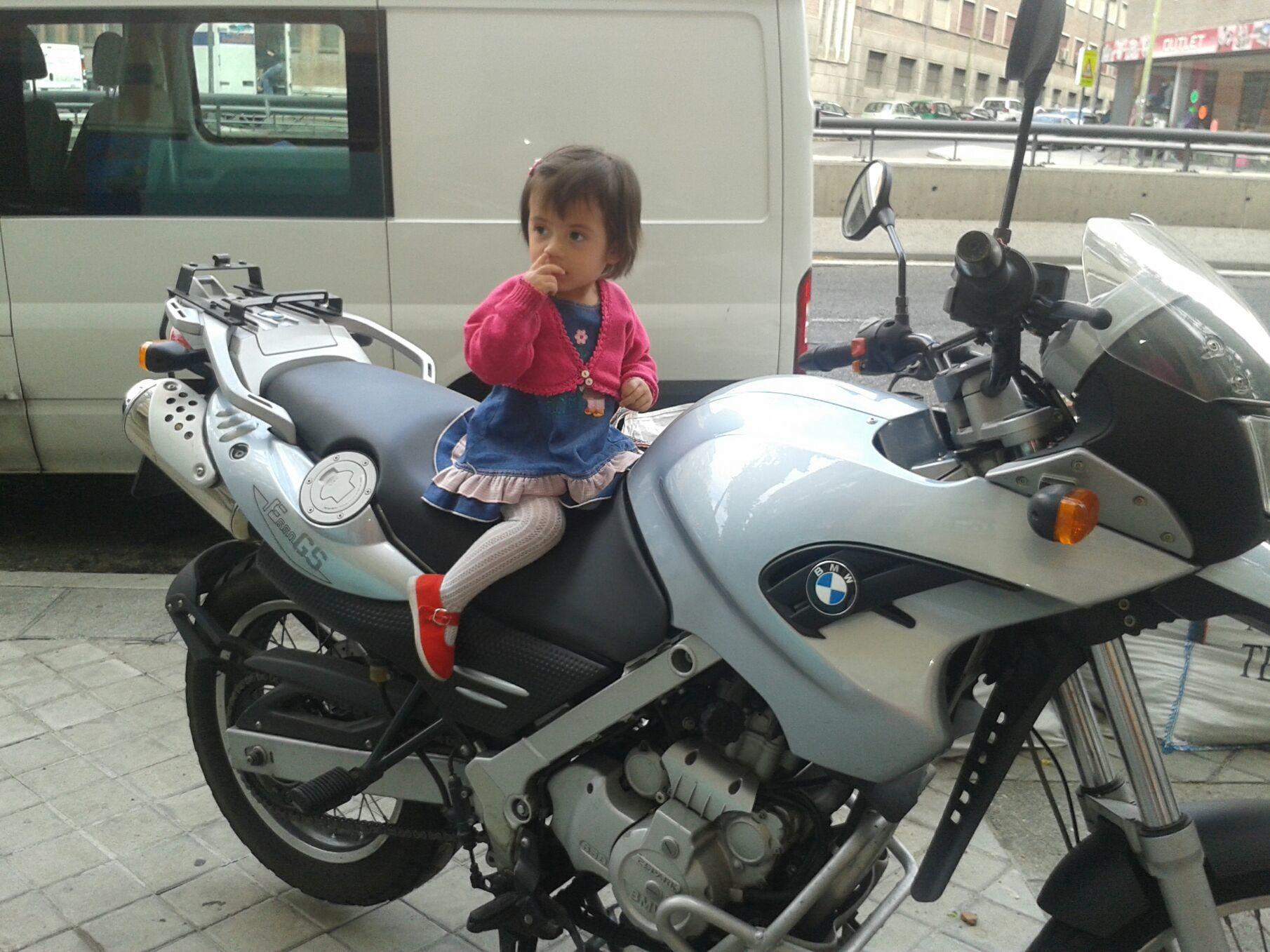 Se va en la moto