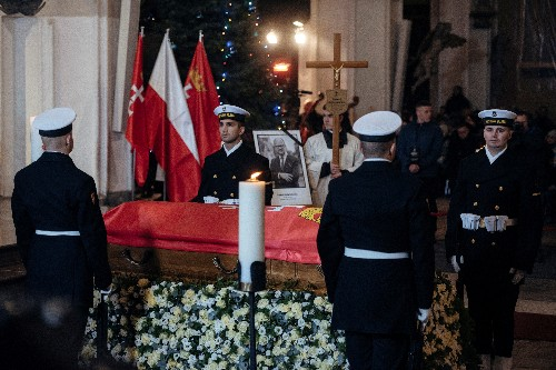 Thousands walk with coffin of murdered Polish mayor