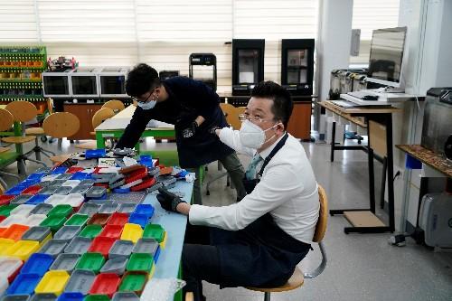 No elevators or hugs for South Korean coronavirus survivor now battling stigma