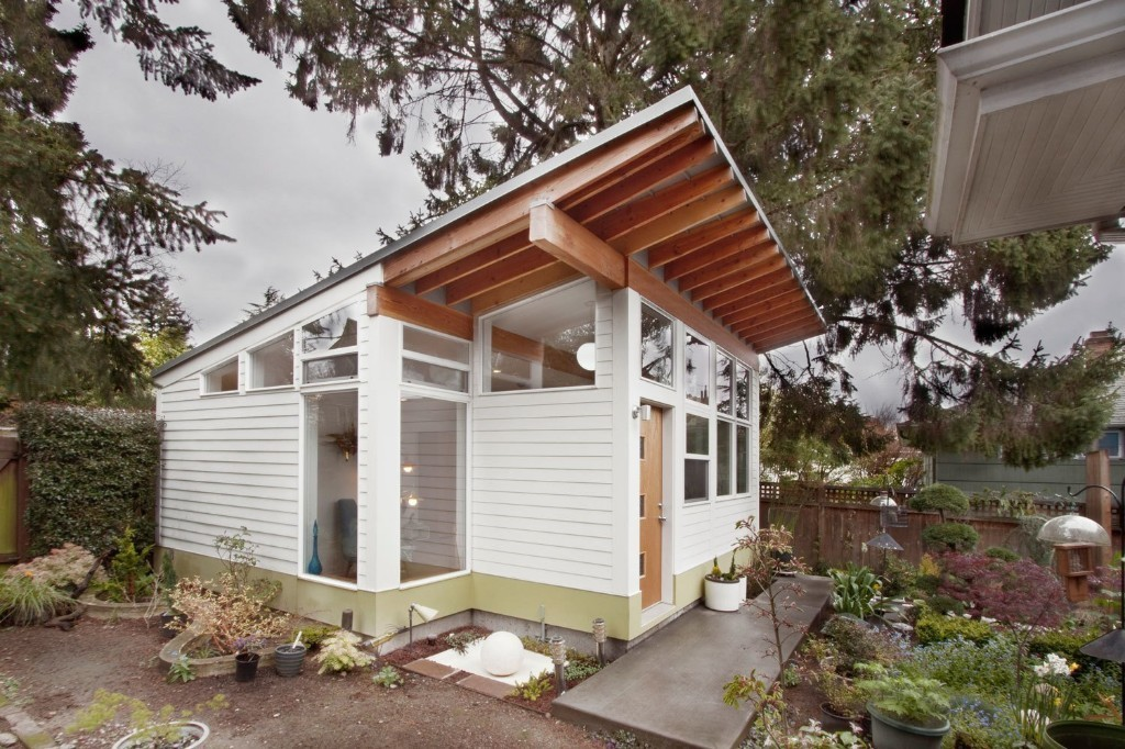 Tiny Backyard Studio in Seattle Filled with Midcentury Finds