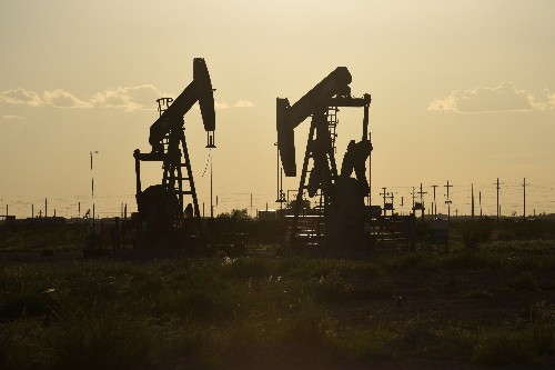 U.S. shale firms cut budgets, staff as oil-price outlook dims