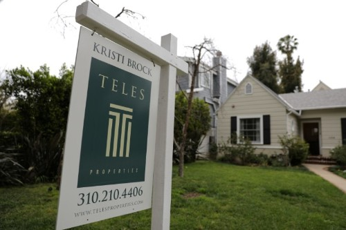 U.S. new home sales fall unexpectedly, low mortgage rates lend support