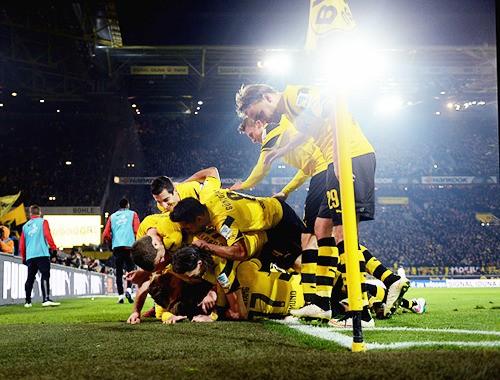 El Dormund vuelve a la senda de la victoria. Tras volver a perder en Bubdesliga, Borussia venció 4-2 al Mainz en un gran partido de Marco Reus, que celebró su renovación con un gol y una asistencia descomunal, el equipo de Klopp se sitúa ahora en la posición 14. #bvb