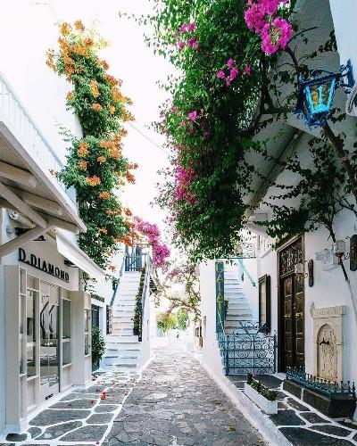 Mykonos, Greece. 🇬🇷| Photo by VuTheara Kham (@vutheara on IG)