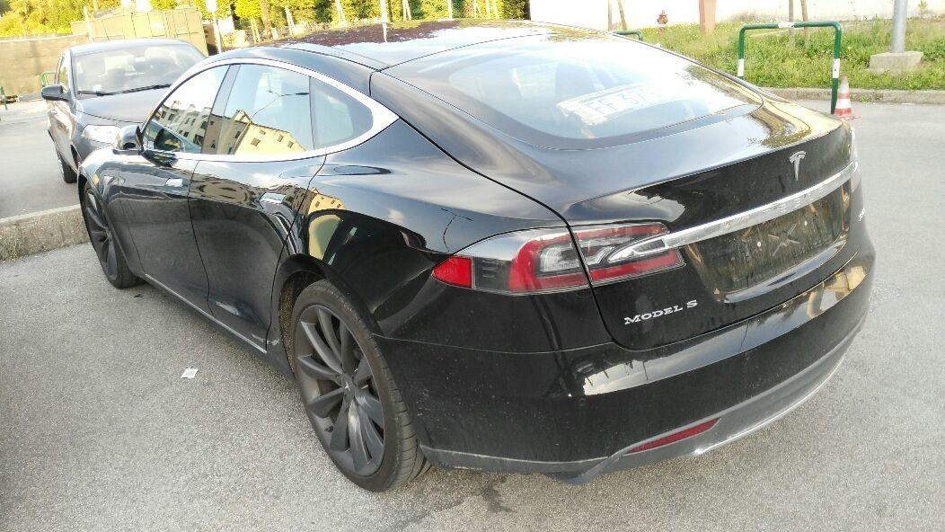 L'auto del futuro o un auto? 122mila euro di listino. 9000€ per sistema di batterie supplementare. La ricarichi sempre all'i6kea?