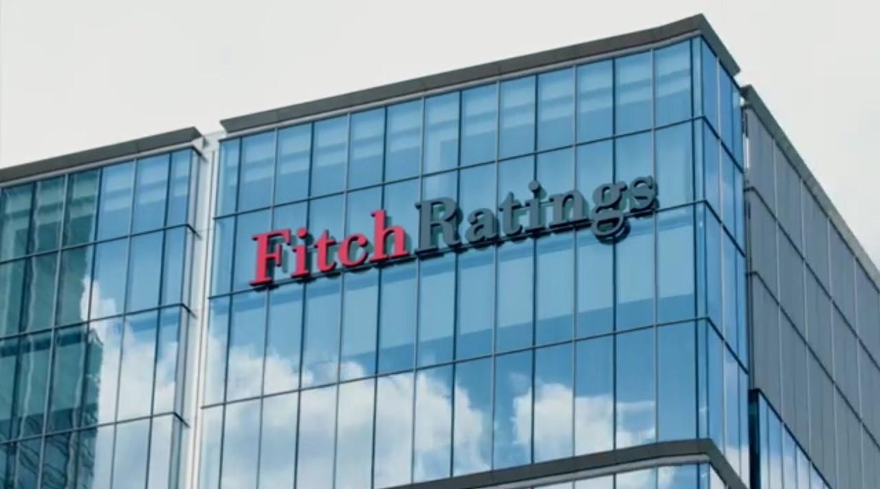 """#DovizChi Kredi derecelendirme kuruluşu Fitch Ratings Türkiye'nin uzun vadeli yerel para cinsiden IDR notunu BBB'den BBB-'ye düşürdü. Görünüm """"Durağan""""da tutuldu. Uluslararası kredi derecelendirme kuruluşu Fitch Ratings, not değerlendirme kriterlerinde değişikliğe başvurduğunu bildirdi. Fitch Rating's tarafından yapılan açıklamada, ülkelerin, uzun ve kısa dönem yabancı para birimi cinsinden kredi notları ile yerel para birimi cinsinden kredi notları arasındaki ilişkinin incelendiği, bazı kriterlerde değişiklik yapıldığı belirtildi. Kuruluşun metodolojisindeki bu değişiklik sonucu, içinde Tayland, Kolombiya ve Türkiye'nin de yer aldığı 23 ülkenin yerel para birimi cinsinden kredi notları ve not görünümlerinde değişiklik yapıldı. Bu kapsamda Türkiye'nin de yerel para birimi cinsinden uzun vadeli kredi notu """"BBB""""den, """"BBB-""""ye çekilirken, not görünümü ise durağan olarak belirlendi. Fitch'in not basamaklarında """"BBB-"""" kredi notu, yatırım yapılabilir seviye olarak değerlendiriliyor. Uzun vadeli yabancı para cinsinden kredi notunda herhangi bir değişikliğe gidilmedi. Halihazırda Türkiye'nin yabancı para birimi cinsinden uzun vadeli kredi notu da """"BBB-"""" ile """"yatırım yapılabilir"""" seviyede bulunuyor. kredi notuna ilişkin değerlendirmesini ise 19 Ağustos'ta yapması bekleniyor. #DovizChi Günlük Dövi #Döviz #Dolar #Euro #Parite #Petrol #Brent #Forex #Sterlin #Yatırım #Yorum #Analiz #Altın #EurUsd #Ons #UsdTry #GbpUsd #Ekonomi #Finans"""